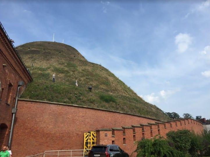 Serpentine trail up Kosciuszko Mound